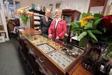 Verkaufen für einen guten Zweck: Vereinsvorsitzende Hildegard Oschika (r.) und Mitarbeiterin Silvia Kleinebeckel. (Bild: Hennes)